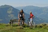 E-Biken auf der Almwiese in den  Kitzbueheler Alpen