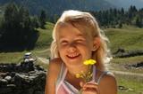 Kind mit Blume