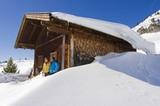 verschneite Hütte in der Region Achensee